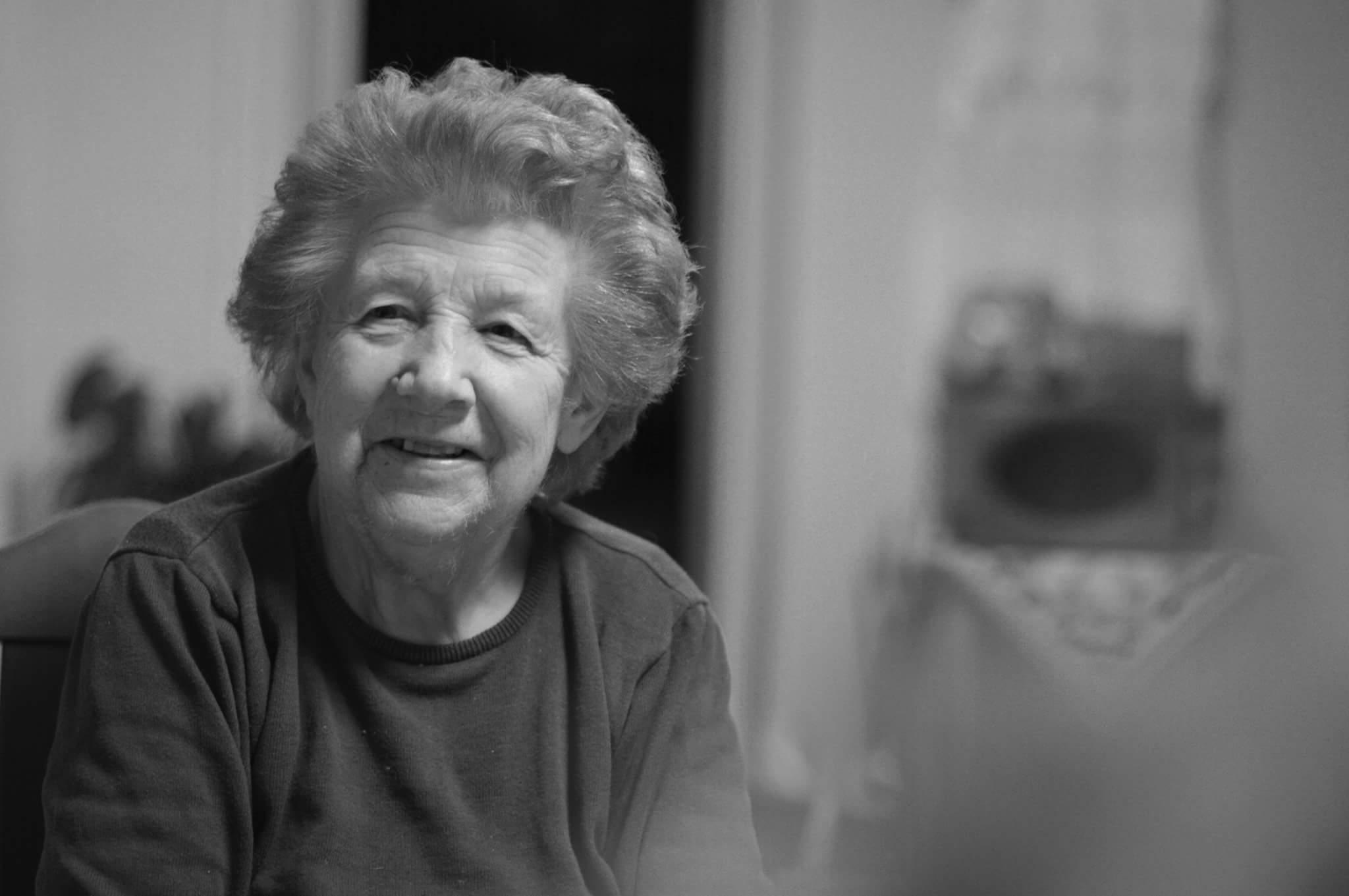 Sort/hvitt bilde av eldre kvinne