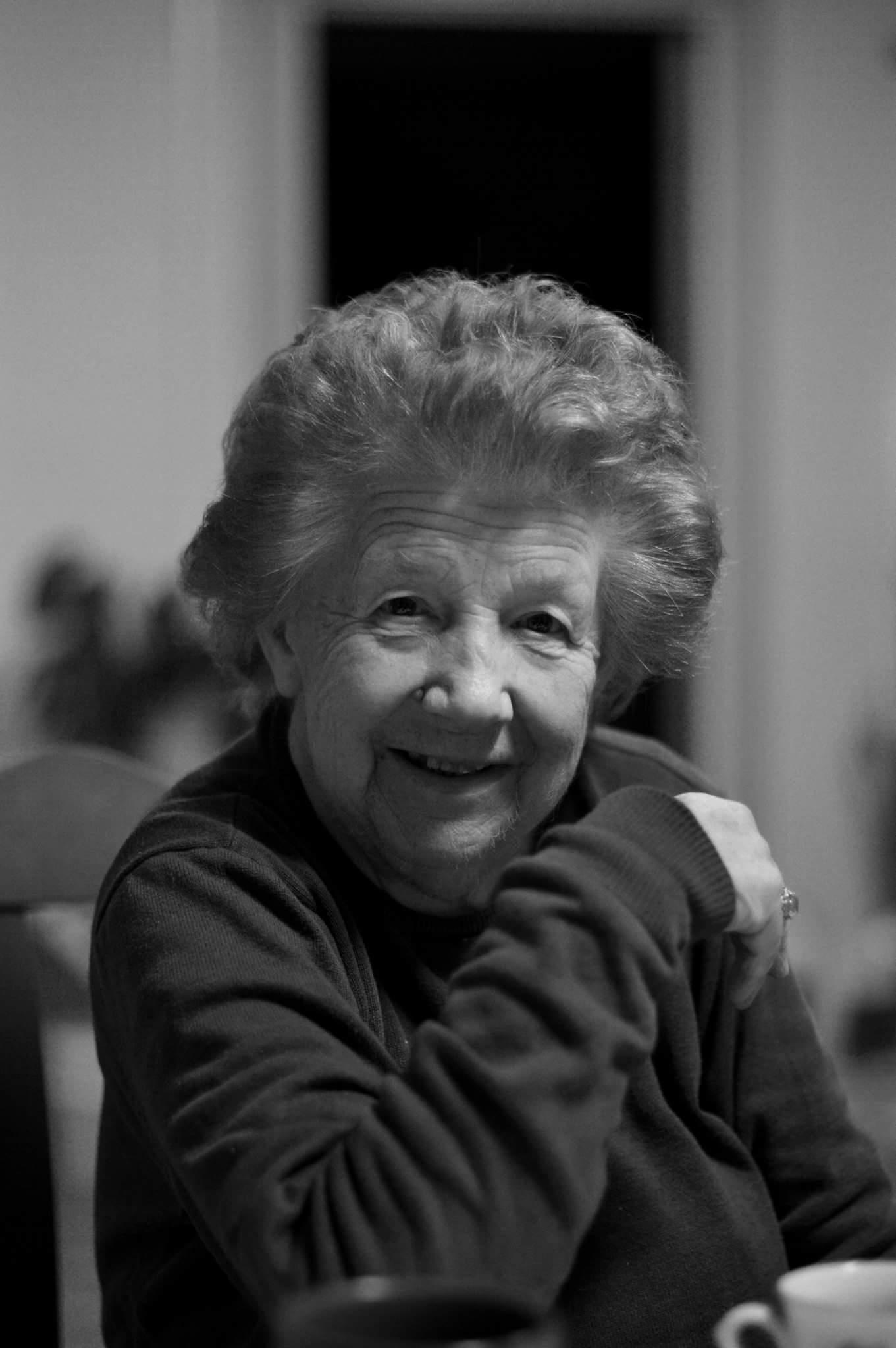 sort/hvitt portrettbilde av eldre kvinne